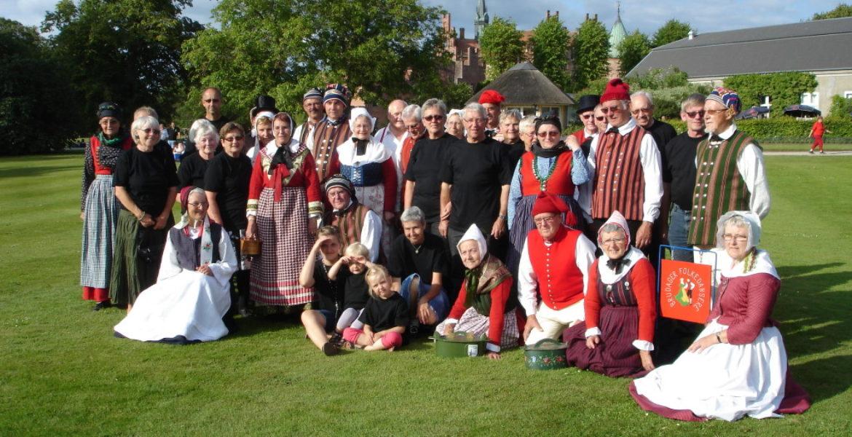 Brudager folkedansere danser i Brudager forsamlingshus Brudager Bygade 11 5882 Vejstrup i Svendborg kommune på Sydfyn